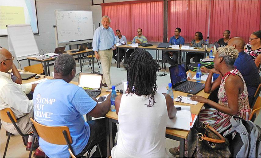 Dr. Maarten Hoff tijdens een van de sessies met de afstudeerbegeleiders.